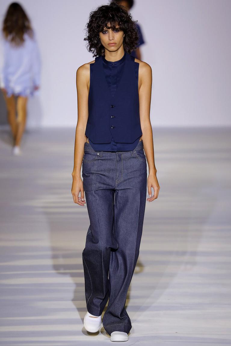 Ще одна популярна модель 2016 - укорочені джинси кльош. Який вибрати кльош   Будь-який. Від стегна daa8894f421e8