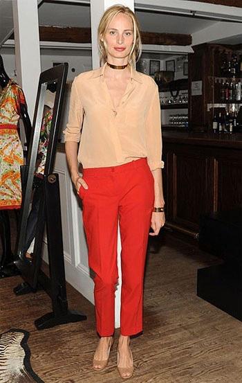 S tim što nosi crvene traperice u jesen. Što nositi sa ženskim crvenim  trapericama: fotografija slika. Džemperi, pleteni veste, jakni.