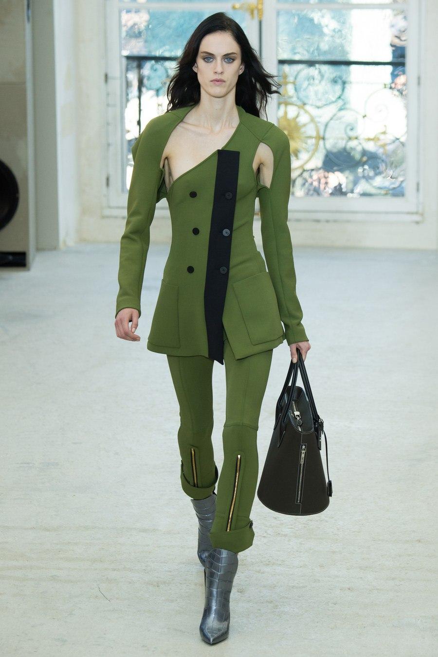 Чорні брюки зі шкіри стали улюбленою частиною жіночого гардеробу для  багатьох модельєрів - просто справжній бум шкіряних штанів в новому сезоні. 42513de0daa85
